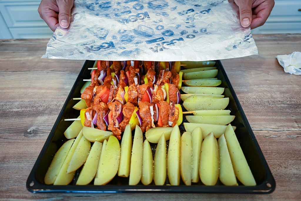 Cover the pan with our skewers with some foil.